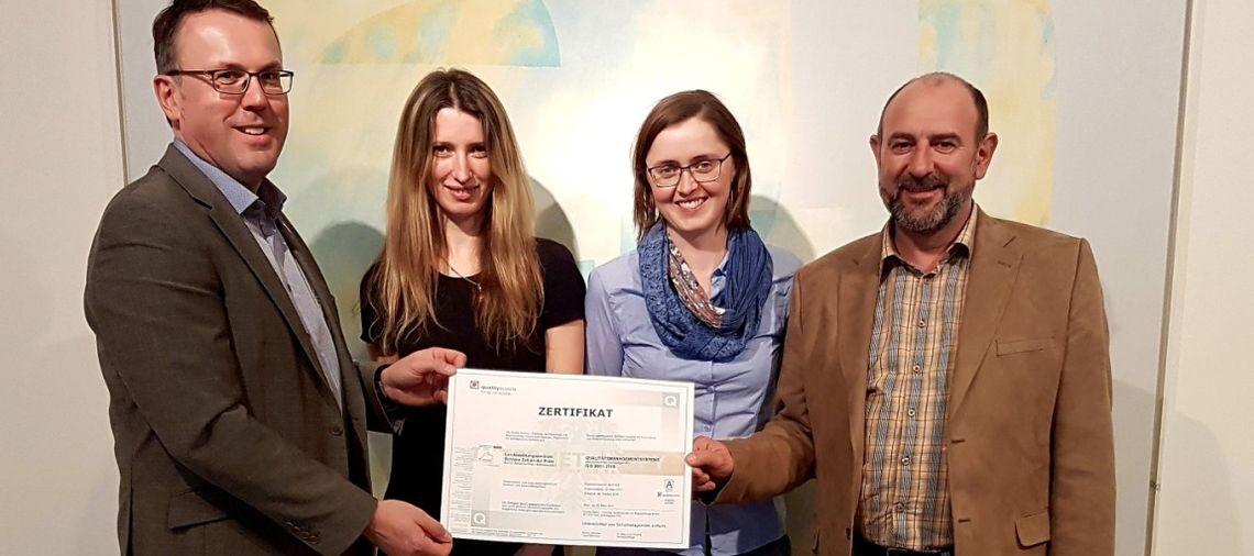 Der Vorsitzende der ARGE BHÖ überreicht das ISO-Zertifikat an das Bildungshaus Schloss Zell/Pram