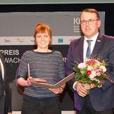 Preisüberreichung von Günther Lengauer (ARGE BHÖ) und Michael Sturm (BFI) an Katharina Gruber. Foto: Michaela Obermair