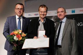 Günther Lengauer und Michael Sturm überreichen den Fernsehpreis an Peter Liska