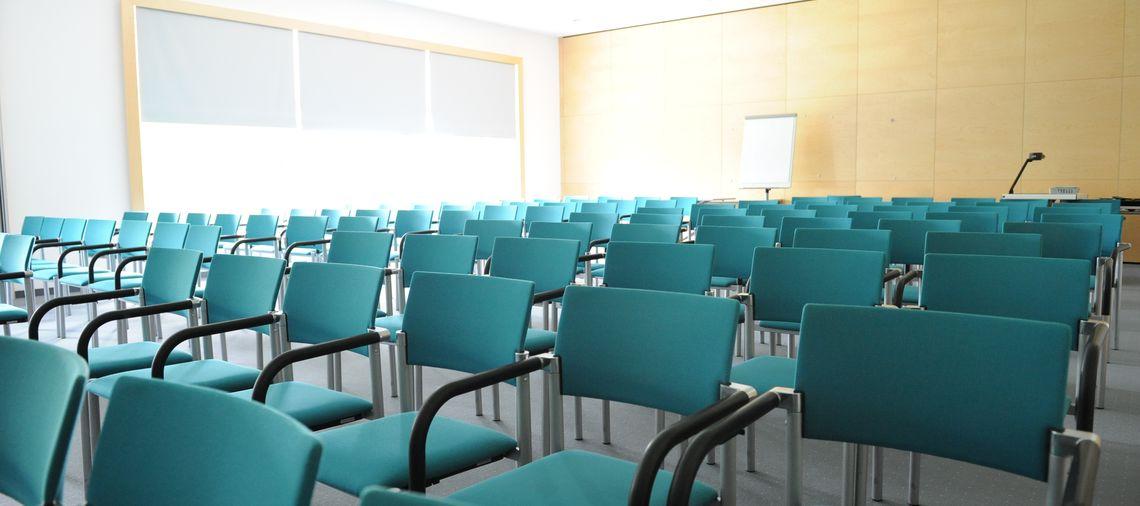 Leerer Seminarraum im Bildungshaus